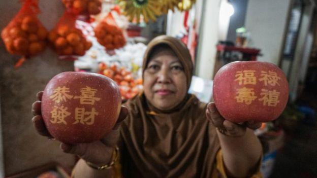 Apel fuji dengan huruf mandarin di Pasar Gede, Solo, Jawa Tengah