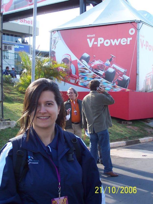 Imagem mostra a jornalista Adriana Francisca Van Sluys, sorrindo para foto em 2006. Ela foi uma das vítimas do acidente do voo 447 da Air France, no dia 1º de junho de 2009
