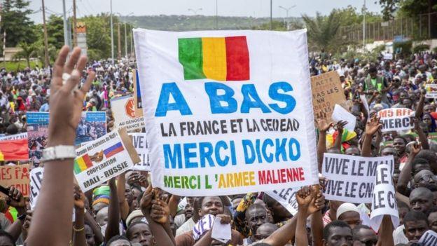 متظاهرون في باماكو خرجوا تأييدا للانقلاب العسكري