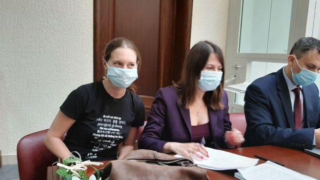 Журналстка Светлана Прокопьева (слева) с адвокатами