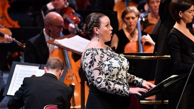 Jennifer Johnston canta en los Proms