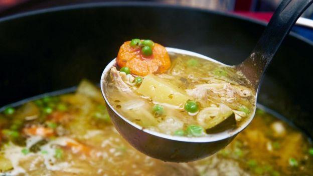 Si en nuestra familia nos enseñaron que la sopa de pollo puede ayudar a superar el resfriado, entonces puede que nos ayude gracias al efecto placebo.