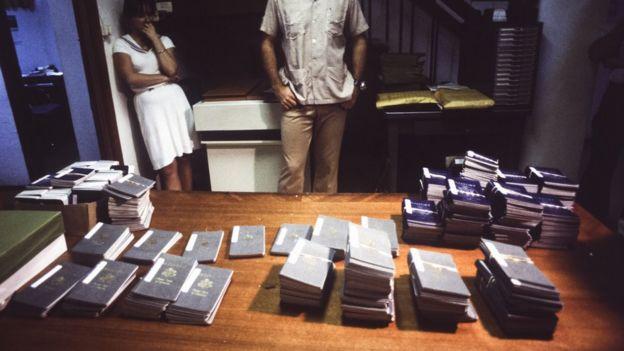 Montones de pasaportes de las víctimas después de las muertes.