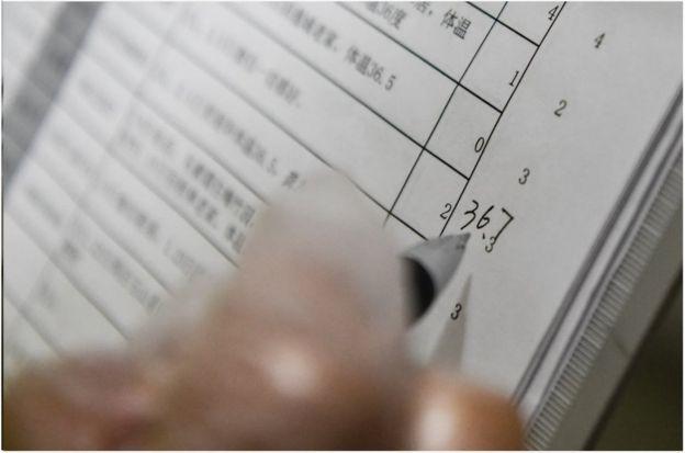 图为社区工作人员登记排查数据