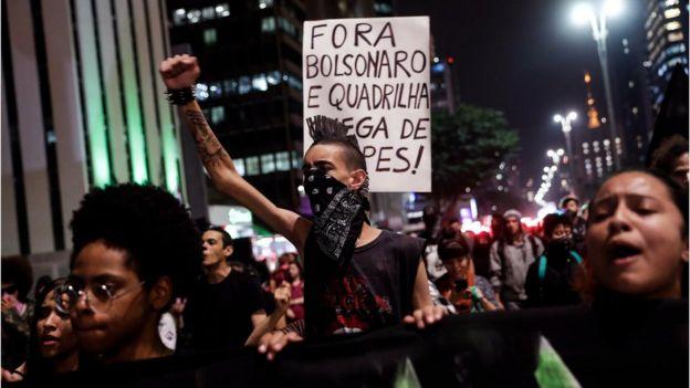 Em foto de maio, estudantes aparecem em manifestação contra cortes na educação durante a noite