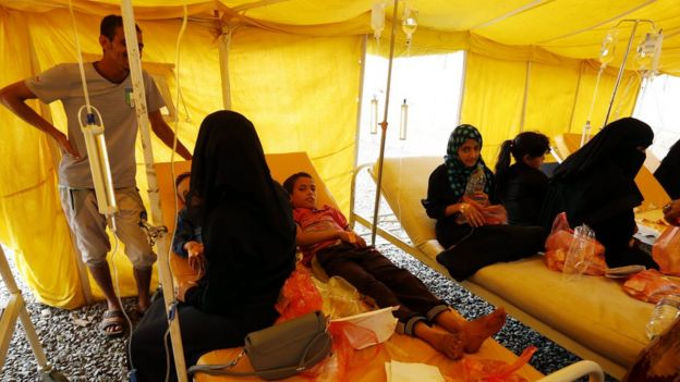People infected with cholera receive treatment at a hospital in Sanaa, Yemen (6 July 2017)