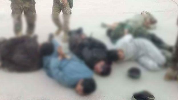این عکس و چند عکس دیگر در شبکههای اجتماعی افغانستان دست بدست میشوند که ادعا شده مربوط به حادثه دستگیری نظامالدین قیصاری و همراهان او در فاریاب است