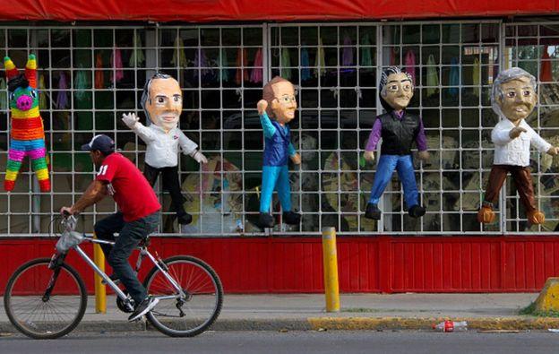 Piñatas con imágenes de los candidatos presidenciales.