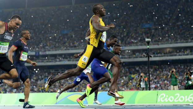 Usain Bolt bitiş çizgisine yaklaşırken görülüyor.