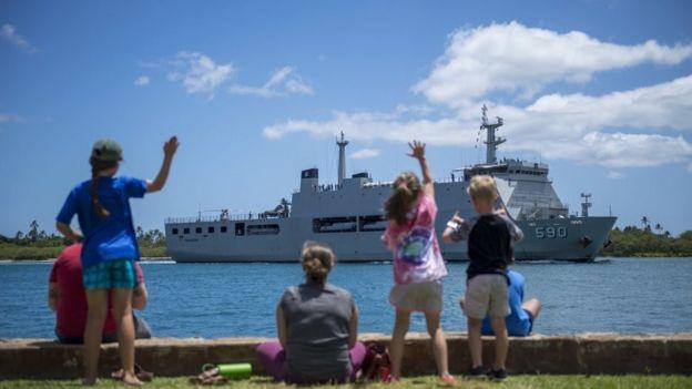 Tàu KRI Makassar (590) của Hải quân Indonesia đậu tại Căn cứ Quân sự Chung Trân Châu Cảng-Hickam hôm 26/6