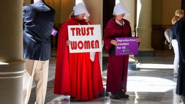 Protestors in Handmaid's Tael costumes