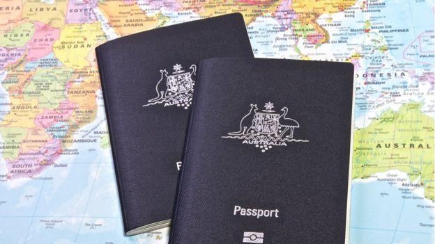 Deux passeports australiens sur une carte du monde