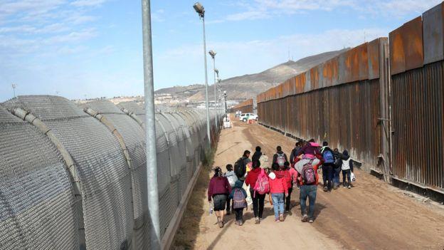Migrantes de Centroamérica cruzan el Río Grande desde México hacia El paso, Texas