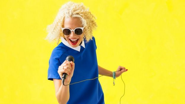 นักร้องถือไมโครโฟน