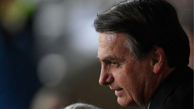 Bolsonaro aparece de perfil, sorrindo