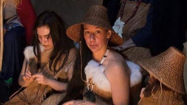 Erica Ryan-Gagne (der.) con la vestimenta tradicional haida.