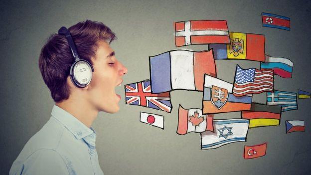 Joven con la boca abierta que salen banderas.