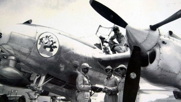 Pilotos hondurenhos em 1969 ao lado de aviões americanos