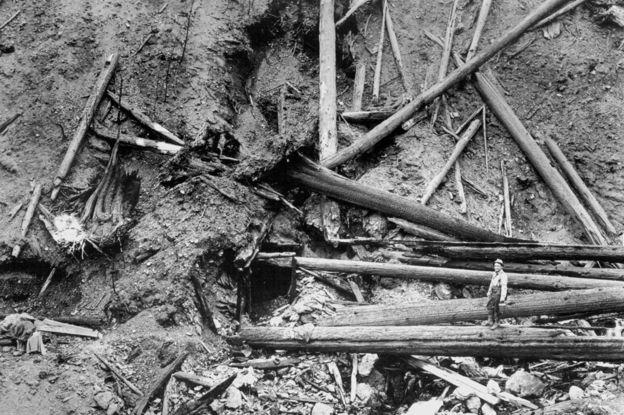 La pequeña entrada a la mina en desuso donde Ed Pulaski se refugió junto con su equipo de bomberos.