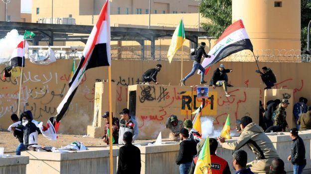 Embassy security staff use stun grenades against demonstrators 01/01/20