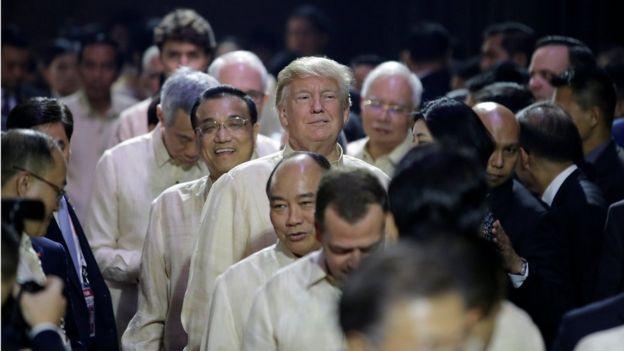 美國總統特朗普、中國總理李克強、越南總理阮春福、新加坡總理李顯龍等依次進入馬尼拉東盟50週年紀念晚會會場(12/11/2017)