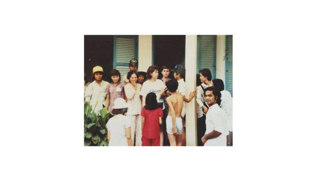 Jenny Đỗ trong lần về Việt Nam làm việc với Amerasians năm 1990