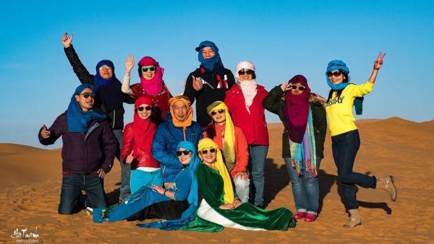 Đoàn khách Việt chụp hình trên sa mạc ở Marốc