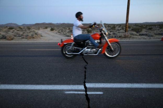 El sismo fracturó vías en el sur de California.