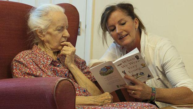 kitap okuyan yaşlı kadın