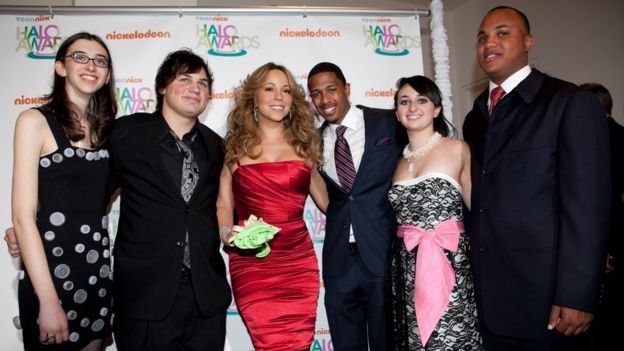 Jackson posa ao lado da cantora Maria Carey (centro)