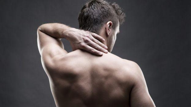 Hombre con dolores en la espalda