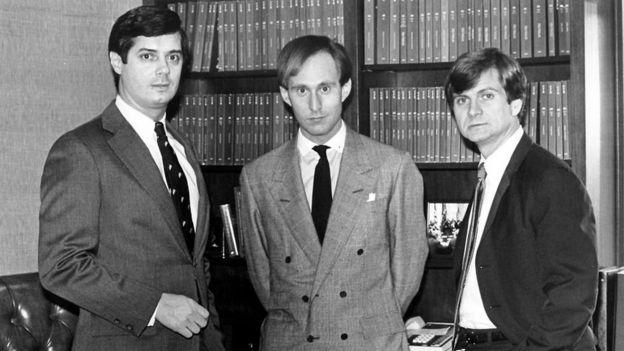 روجر ستون في الوسط مع بول مانافورت في اليسار ولي أتواتر في عام 1985.