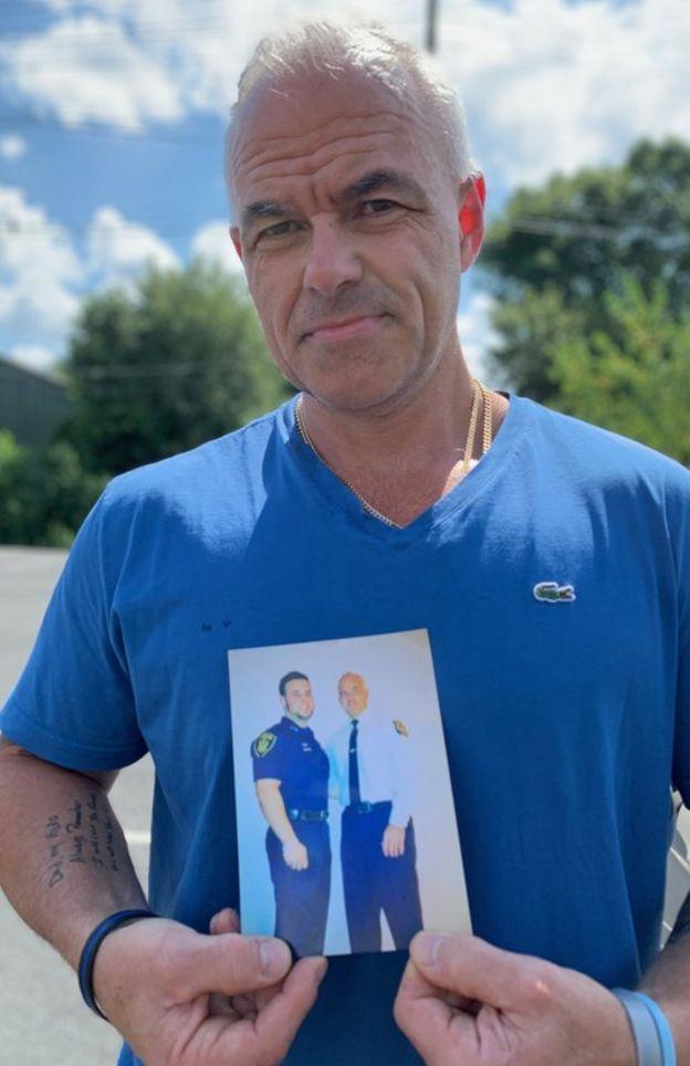 Dave Betz mostra uma foto dele com o filho, David