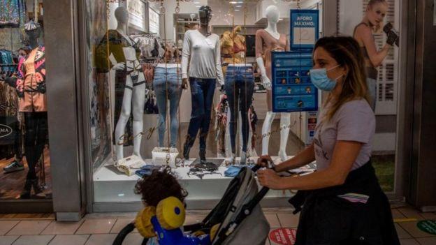 """A fines de abril comenzaron a reabrirse algunos centros comerciales bajo el alero de un plan de """"nueva normalidad"""" impulsado por el gobierno."""