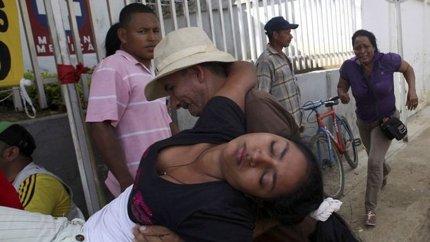 Muchacha siendo trasladada al hospital, 2014, Carmen de Bolívar