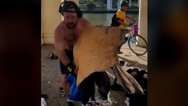 Estremecedor video: Un corredor tira a la basura las pertenencias de una persona sin techo