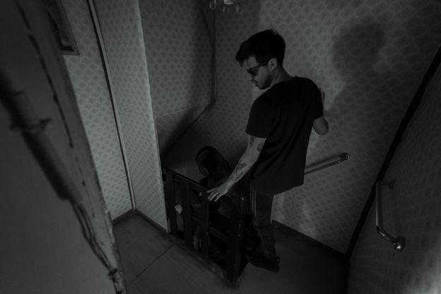 Gustavo Gatica bajando escaleras.