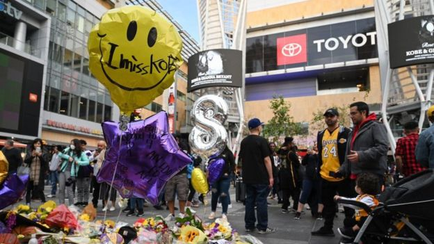 Tributos a Kobe Bryant afuera del Staples Center