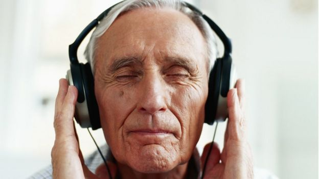 hombre usando audífonos