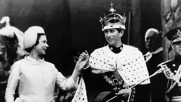 Y Frenhines Elizabeth II a Tywysog Cymru