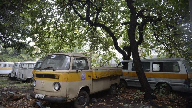 Veículos abandonados no campus da Uerj