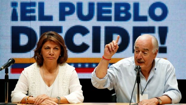 La ex presidenta de Costa Rica, Laura Chinchilla y el ex presidente de Colombia, Andrés Pastrana estuvieron entre los observadores del plebiscito