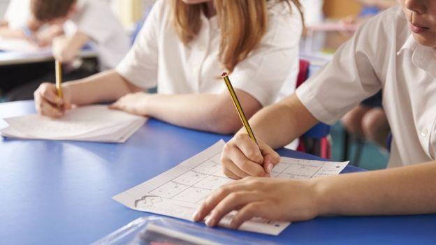 Ученики пишут экзаменационную работу