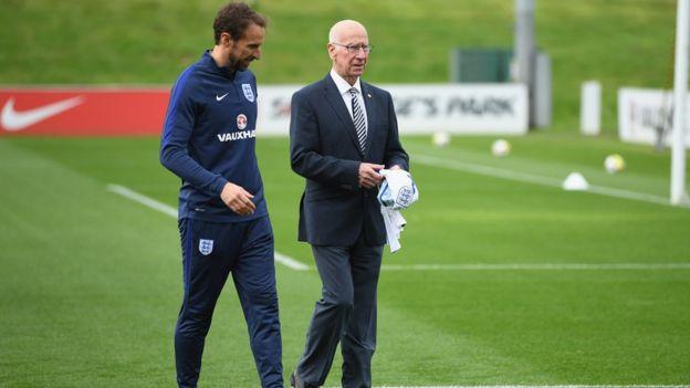 Sir Bobby Charlton và HLV đội tuyển Anh Gareth Southgate trong dịp một sân bóng ở Công viên St George, thị trấn Burton-upon-Trent, được đặt tên ông hồi tháng 10/2017.
