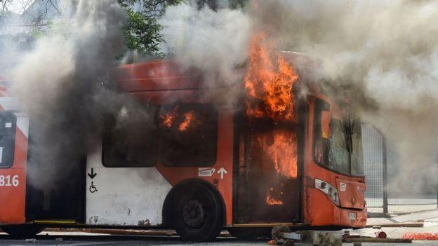bus en llamas