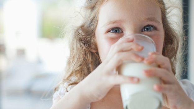 Niña con un vaso de leche