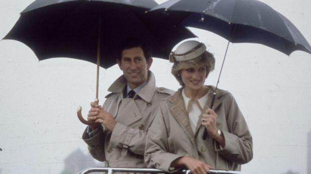 Príncipe Carlos y Diana de Gales con gabardinas Burberry