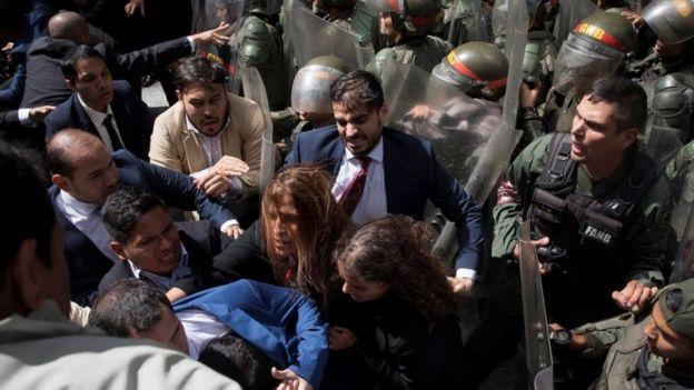 Forcejeo en el ingreso de Juan Guaidó.