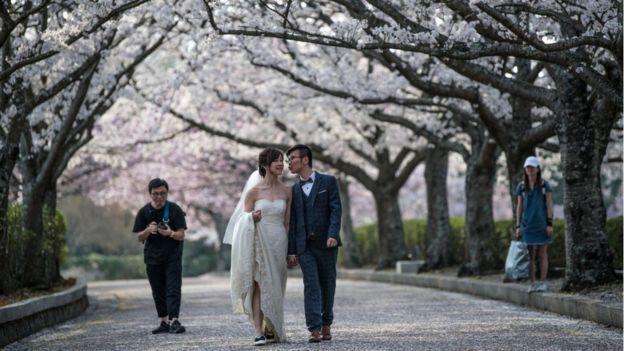 Una pareja de novios en Japón.