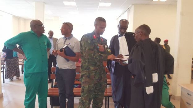 Col Byabagamba na Jenerali uri mu zabukuru, Frank Rusagara (wambaye imyenda y'icyatsi kibisi), ubwo bari mu rukiko mu kwezi gushize kwa gatanu